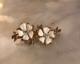 Vintage Sarah Coventry SC Brooch with gold tone leaf design and two enamel daisy flowers with Iridescent Rhinestone