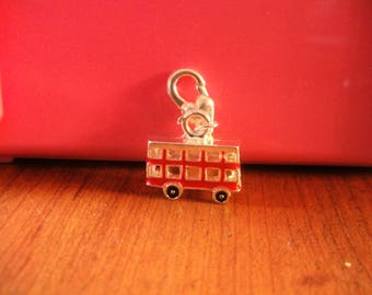 charm clasp bus because red 15 x 17 mm