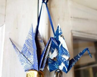 Porte-bonheur origami par 2, idée Noël, grue papier japonais bleu outremer, perle céramique or et argent- oiseau messager, acrets de voeux