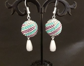 Ball-shaped pendant earrings with beads and grey drop