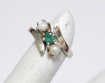Emerald pearl ring band 14k white gold pinky midi 3 stone bypass design  11.77 mm wide size 3 womens fine jewelry