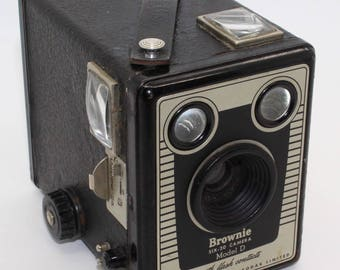 Kodak Brownie Six-20 Box Camera Model D with case – c.1953-1957 - Good condition and tested - Made in England