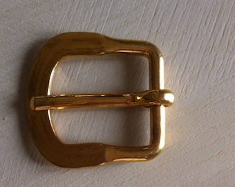 buckle with gold tone pin