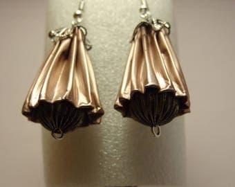 Boucles d'oreilles en capsules de café nespresso rose pâle et perle métallique.