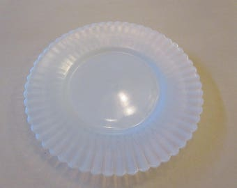WHITE OPALESCENT PLATE