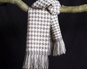 Sjaal, in klassiek patroon ambachtelijk geweven in Pied du Poule motief. 90% wol. Handgeweven. 170 cm x 30 cm.