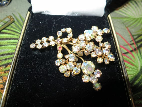 Beautiful vintage gold metal aurora borealis glass flower brooch