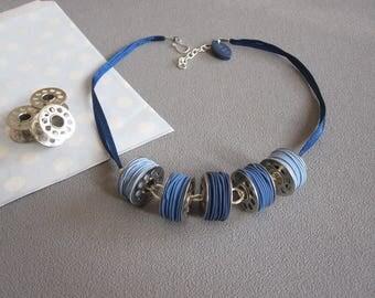 Collier couturière, collier bobines, collier 5 canettes de machine à coudre et fils en pâte polymère fimo bleu, collier bleu, fête des mères