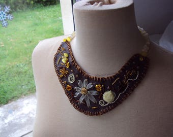the Choker necklace embroidered on faux leather fabric