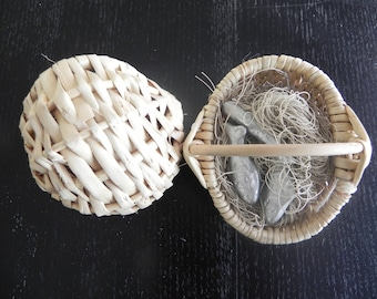 Wicker basket decorated with fish measuring 7 x 7 cm