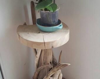PetiteTable haute naturelle en bois flotté ronde et de ces branches qui l entoure