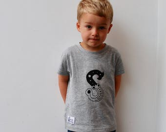 Personalised initial print kids & babies t-shirt, grey marl with your choice of letter and letter colour.