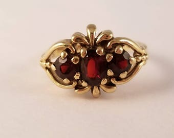 Vintage 3 stone garnet ring in yellow gold