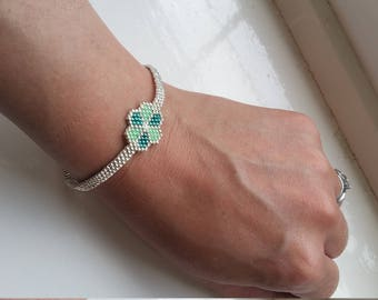 Beautifully shiny flower chain bracelet. Can adjust the length of chain to make longer or shorter if required.