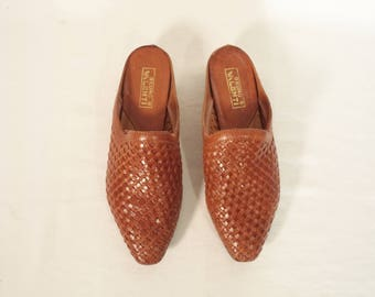 80s-90s woven mules// Caramel brown leather minimalist hipster slides slipons// Vintage Bruni Valenti// Women size 6 7