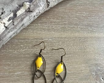 Earrings in bronze and yellow.