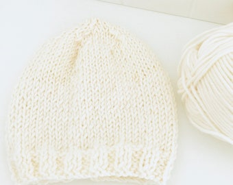 Simple white baby hat created in merino wool. Free shipping in Italy. Handmade Newborn white beanie.