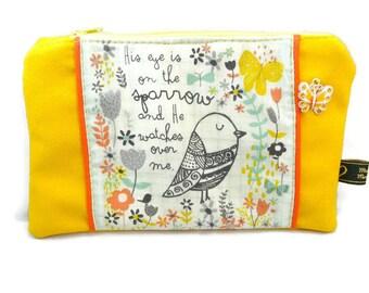 Trousse plate doublée en suédine jaune avec un oiseau et papillon / contraste coloré