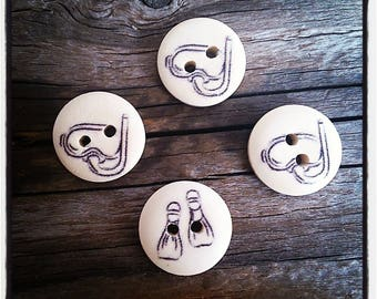 Set of 4 round wooden patterned buttons mask and Palm black 15 mm