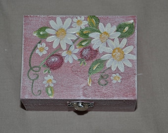 small jewelry box, hot pink, to the weathered appearance, with daisies and wild berry decor