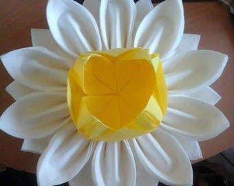 Flower shaped folding napkin dispenser