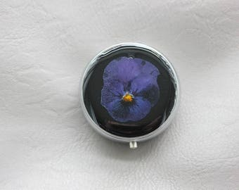 Round resin and dried flower Pansy Bleue/Violette pill box or small box