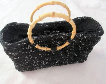 Black crochet bag with bamboo handles trapilho