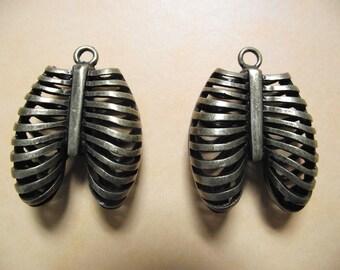 1 large charm / pendant cage skeleton chest, bronze color. 4 cm x 3.1 cm.
