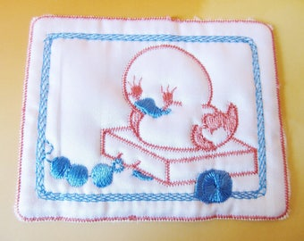 1 rectangle applique satin white and embroidered with a little chick