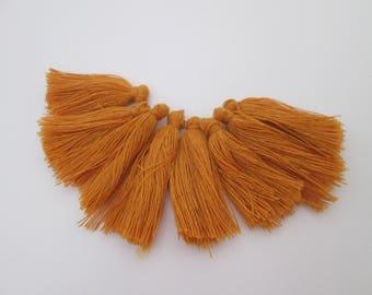 8 pompons en fils de coton longueur 3 cm couleur : jaune ambre