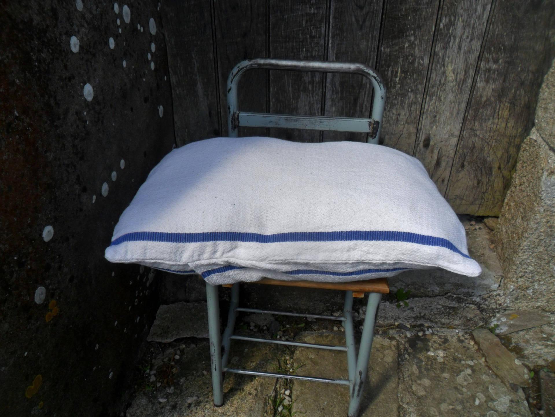 gros coussin en toile ancien housse pour coussin ou oreiller. Black Bedroom Furniture Sets. Home Design Ideas