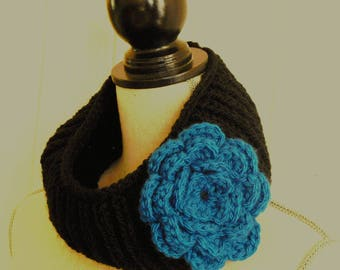 Snood black and blue wool flower pin