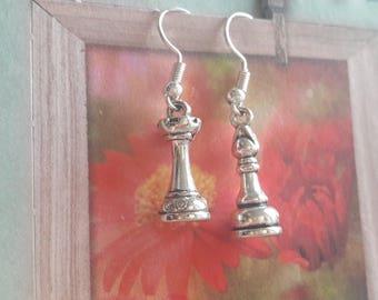 A pretty pair of earrings, chess, waist failure chess