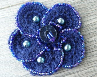 Flower brooch in wool and glass beads