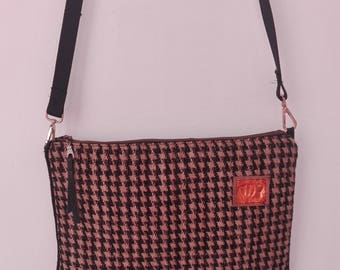 Sara, Houndstooth pattern Clutch bag made of black velvet and sand, flat slotted handle, measures 30x38x3 Cm.