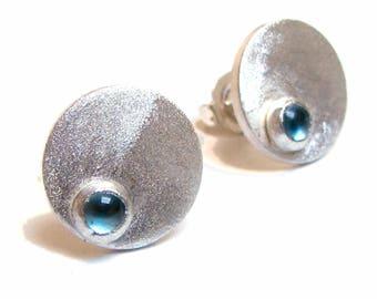 Clous d'oreilles en argent massif et topaze bleue, puces rondes argent mat avec cabochon topaze bleue