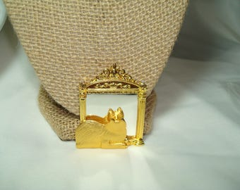 JJ Brand Golden Kitty Cat Looking into Mirror Pin.