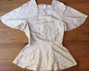 des années 1970 en haut de lamé lurex argent / papillon manches pincée ceinture à la taille