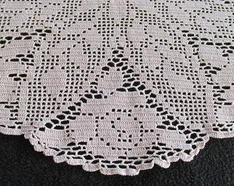 D51 – Stunning Vintage Filet Crochet Centre Piece Doily Ecru Floral Rose 19 x 16 in.