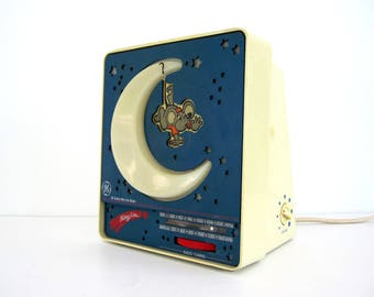 Vintage GE Nitey Lite Safety Night Light Moon Mouse AM/FM Radio Children's Room Blue Red Stars
