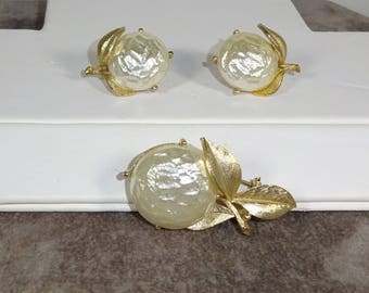 "Sarah Coventry PEARL BLOOM"" From 1965 Gold Tone Brooch and Earrings Large BAROQUE Faux Pearl Center"