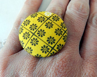 Adjustable ring in yellow flowery fabric