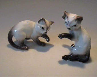Two vintage 1950's ceramic playful Siamese cats - Japan