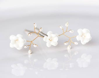 82_Natural white floral hair pin, Gold pearls hair pin, Natural white flowers, Wedding white hair pin, Pearls floral pin, Gold pin for bride