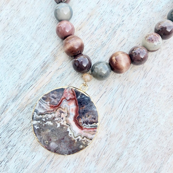 Short round agate stone beaded necklace