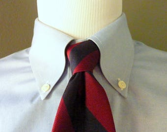 CLASSIC Vintage Outdoor Traders of Greenwich, CT Silk Navy Blue & Maroon Repp Striped Trad / Ivy League Neck Tie.