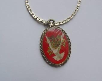 Vintage White Dove Cameo Pendant Necklace 16 Inch