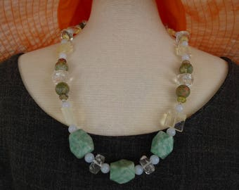 2.050.0007 Necklace in the colors of the incoming sea with semi-precious stones.