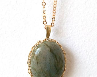 Labradorite pendant plated gold piece unique. Crochet jewelry made in France. Gift for woman Capricorn 40-50 years