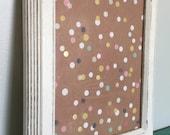 Tableau d'affichage babillard pour écrire sur vitre fait main cadre récupéré organisation communication bureau pois jaune aqua bleu blanc